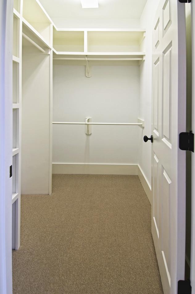 photodune-5003974-large-empty-walk-in-closet-s